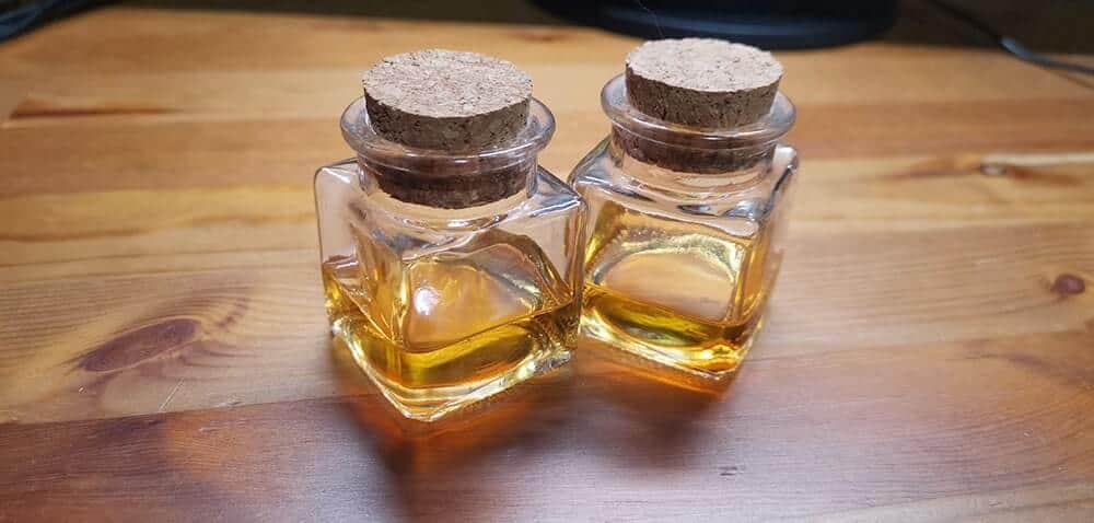 小瓶に香り付きの液体