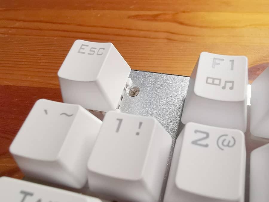 e元素のねじ部分(左上)